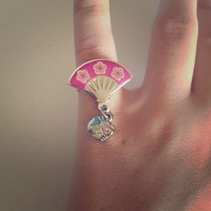 Hello Kitty fan ring.